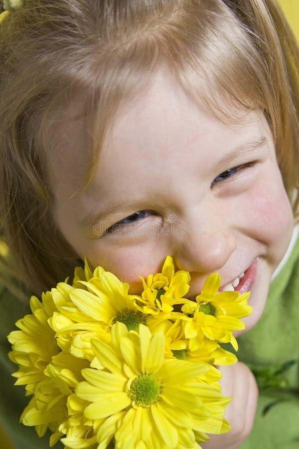 Menina e flores amarelas foto de stock royalty free