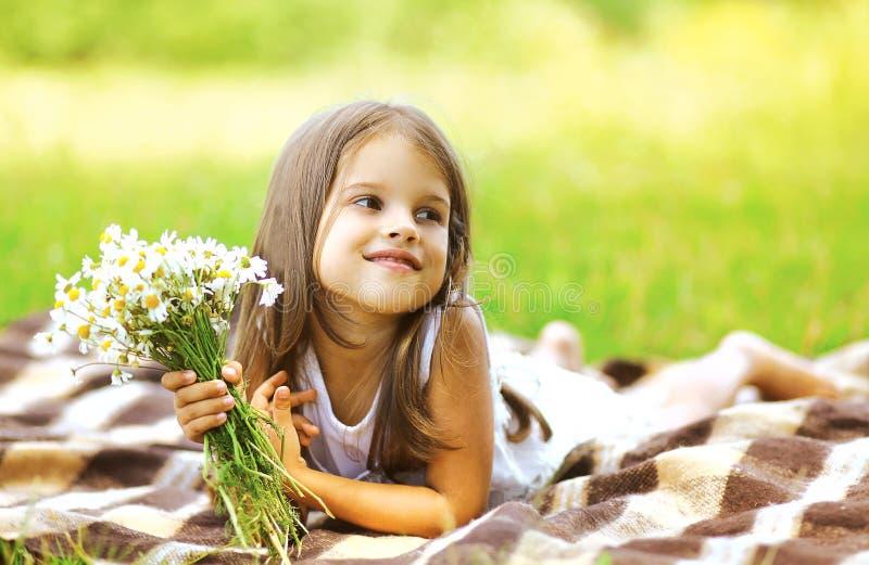 Menina e flores felizes no prado no dia ensolarado do verão foto de stock