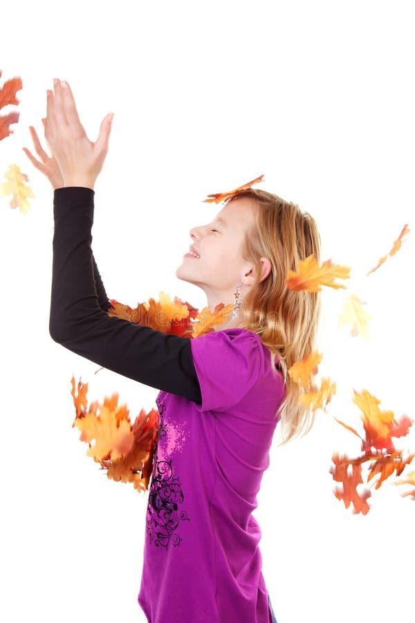 Menina e folhas de outono de queda imagem de stock royalty free