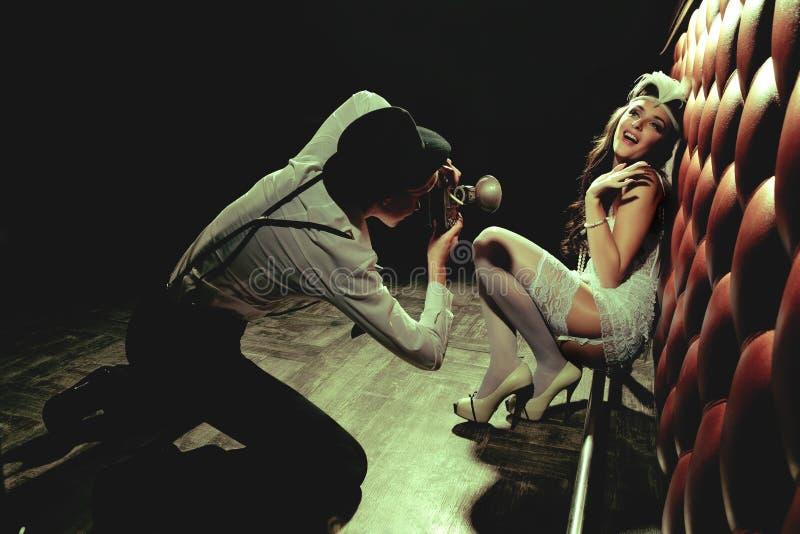 Menina e fotógrafo louros bonitos fotos de stock