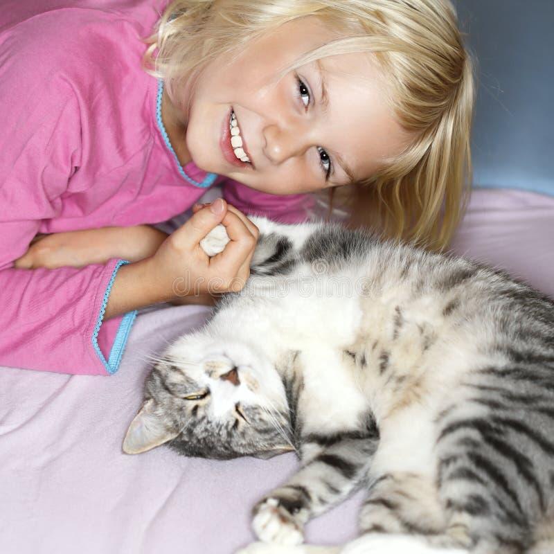 Menina e gato imagem de stock