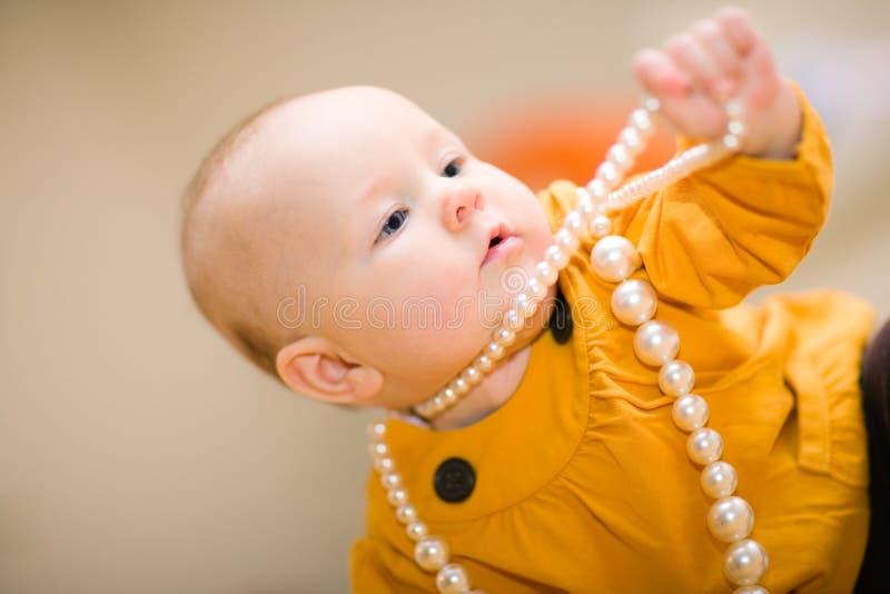 Menina e grânulos imagens de stock royalty free