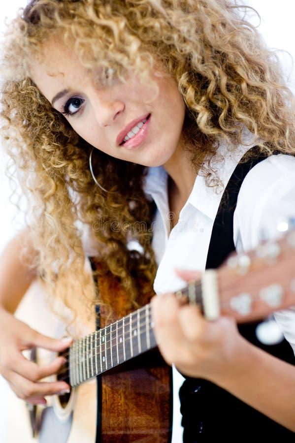 Menina e guitarra acústica imagem de stock