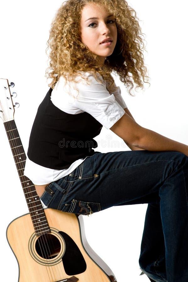 Menina e guitarra frescas imagens de stock royalty free