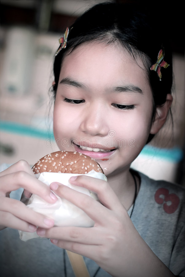 Menina e hamburguer imagens de stock