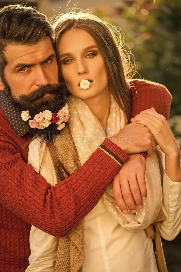 Menina e homem com as flores na barba fotografia de stock royalty free