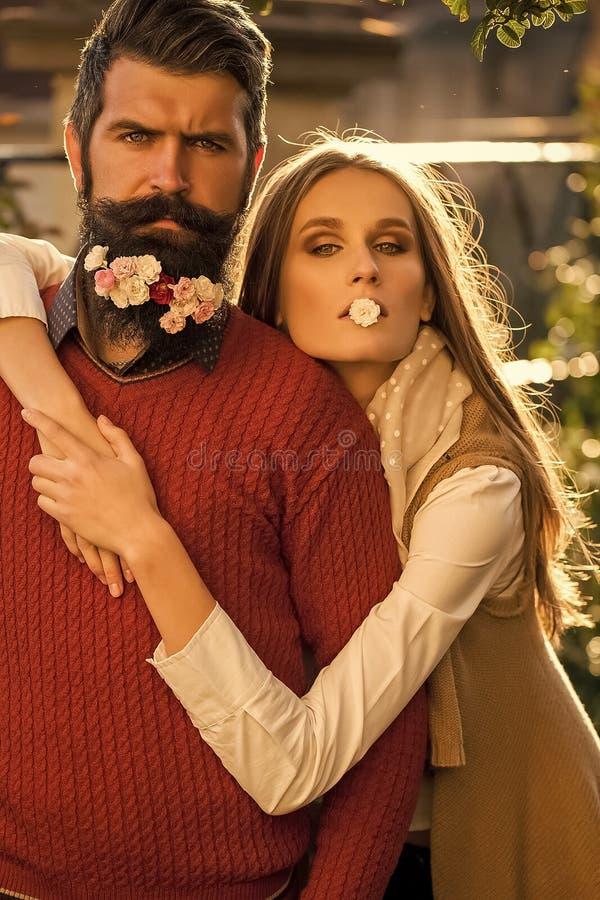Menina e homem com as flores na barba fotografia de stock