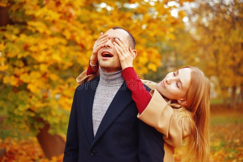 Menina e homem ou amantes no abraço da data Pares no amor no parque outono que data o conceito Homem e mulher com caras felizes imagem de stock royalty free