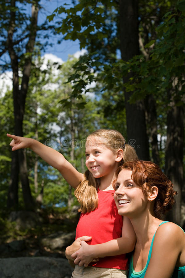 Menina e mãe na floresta fotos de stock