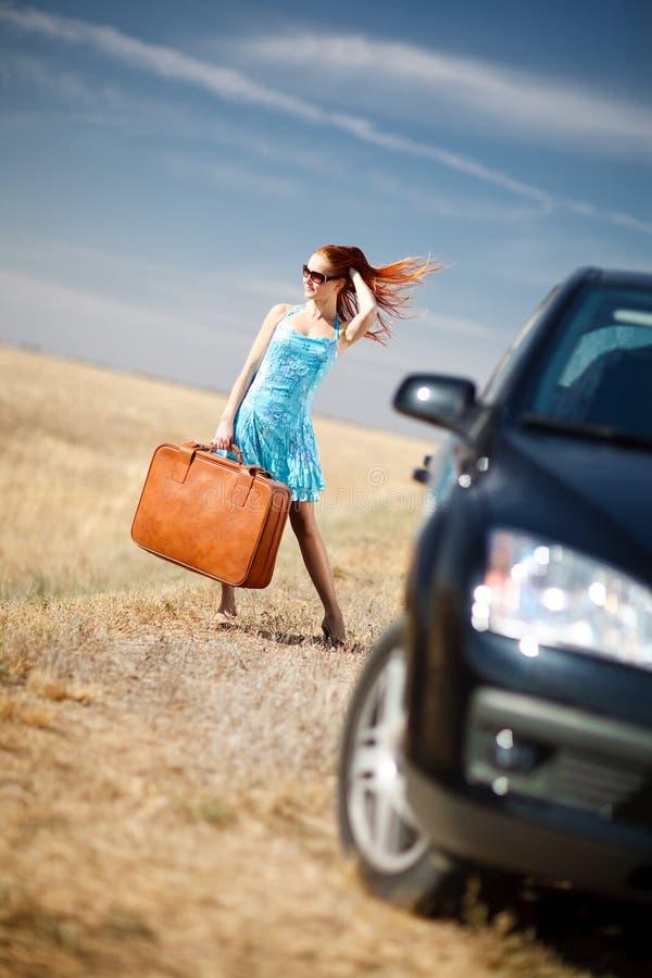 Menina e mala de viagem foto de stock