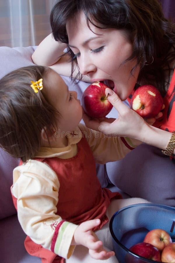 Menina e matriz com maçãs fotografia de stock