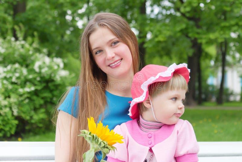 Menina e matriz nova em um parque imagens de stock royalty free