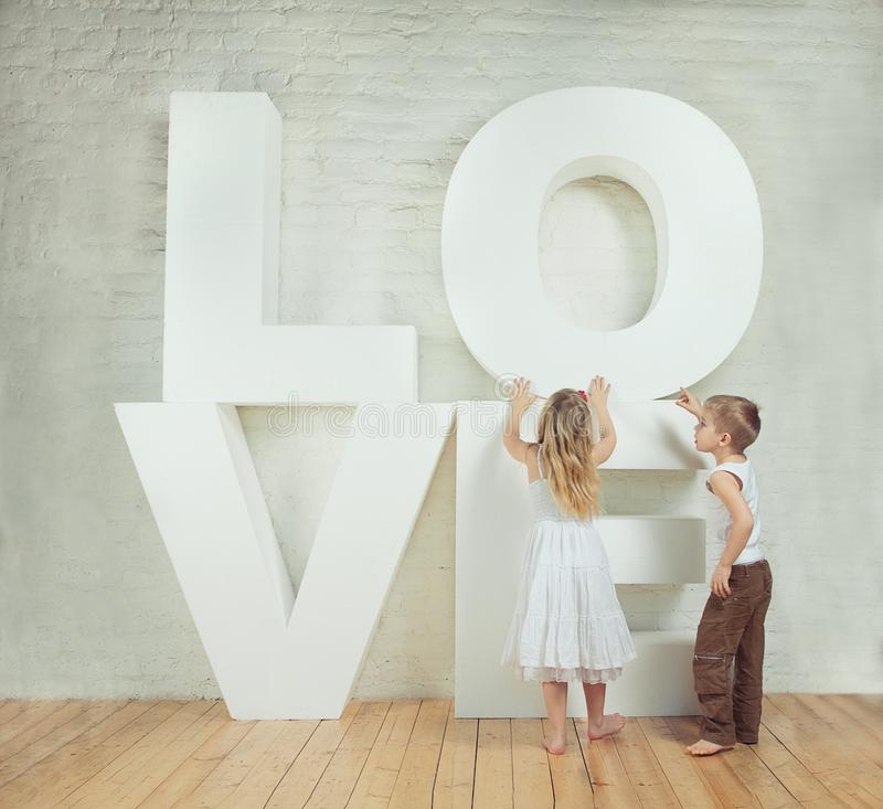 Menina e menino bonitos - amor fotos de stock royalty free