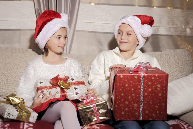 Menina e menino com presentes foto de stock
