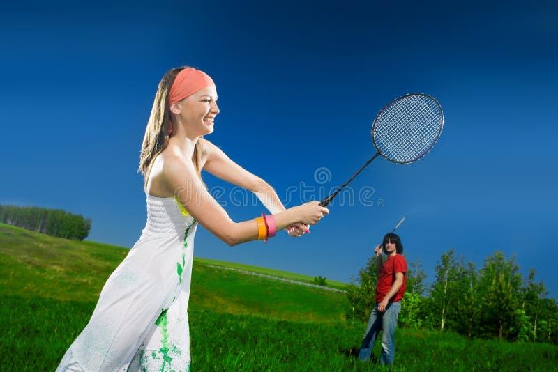 Menina e menino com raquetes imagens de stock royalty free