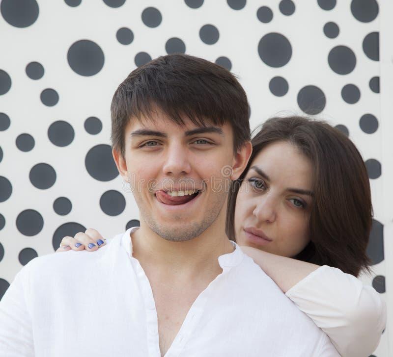 Menina e menino - o abraço romântico da mola imagens de stock royalty free
