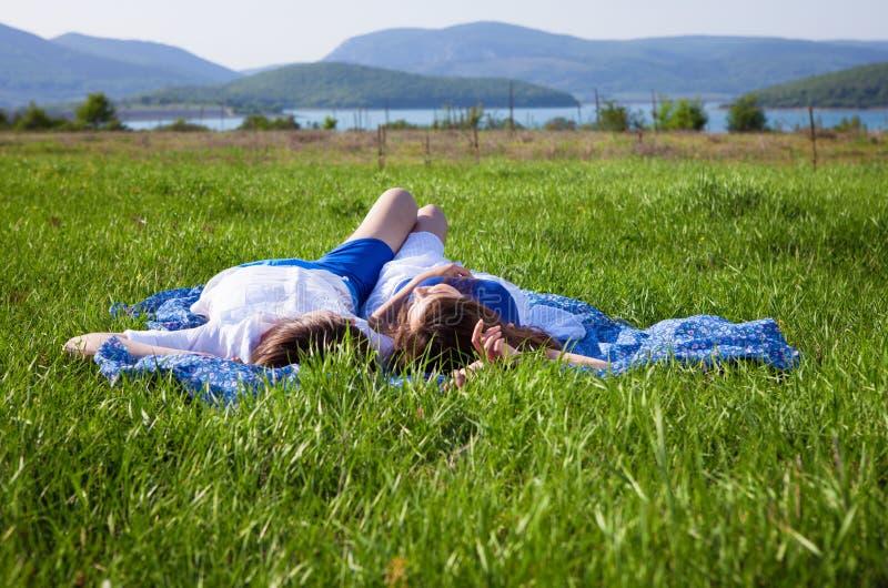 Menina e menino perto do lago fotos de stock