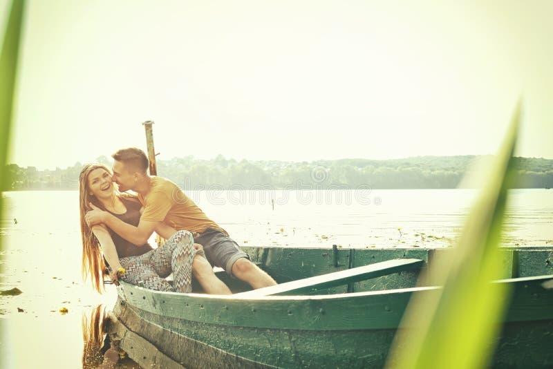 Menina e menino que abraçam o riso na data imagem de stock