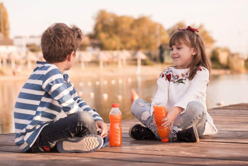 Menina e menino que jogam na praia imagens de stock royalty free