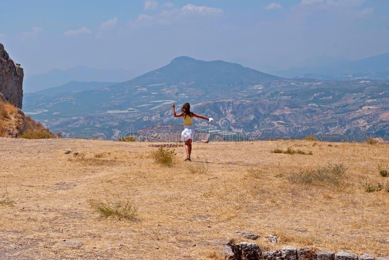 Menina e montanhas. fotografia de stock royalty free