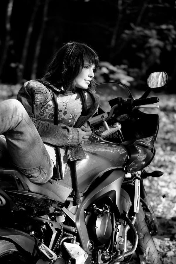 A menina e a motocicleta da potência imagem de stock