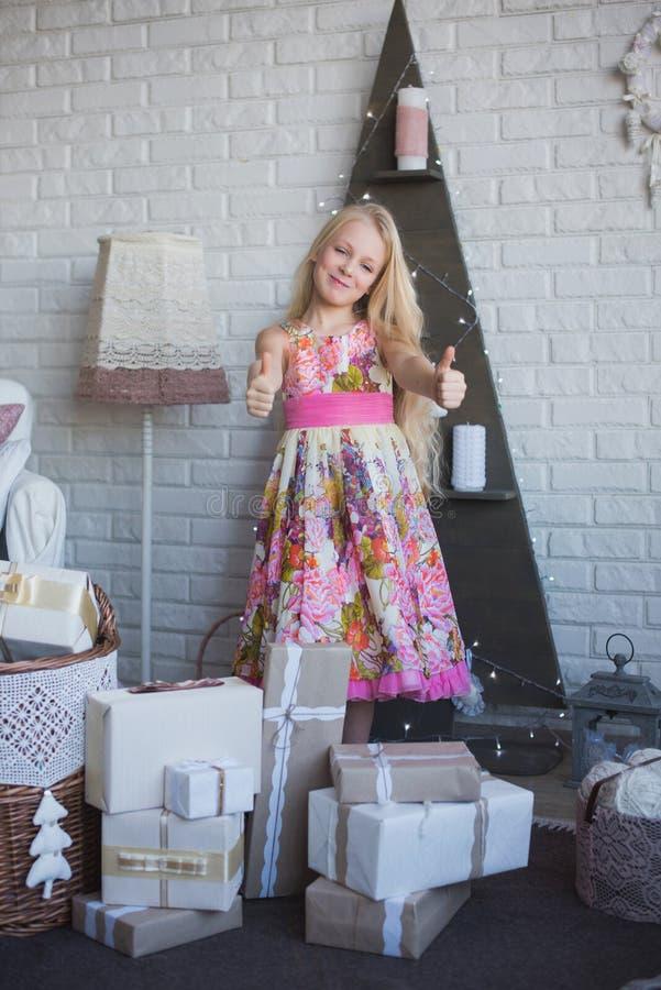 A menina e muitas caixas com presentes, a alegria, a preparação para o feriado, empacotando, caixas, Natal, ano novo, estilo de v imagens de stock