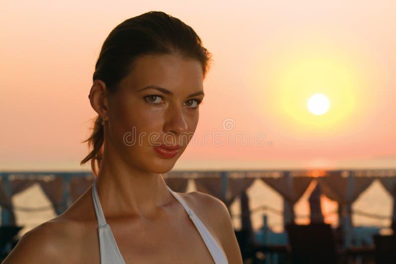 Menina e nascer do sol. fotografia de stock