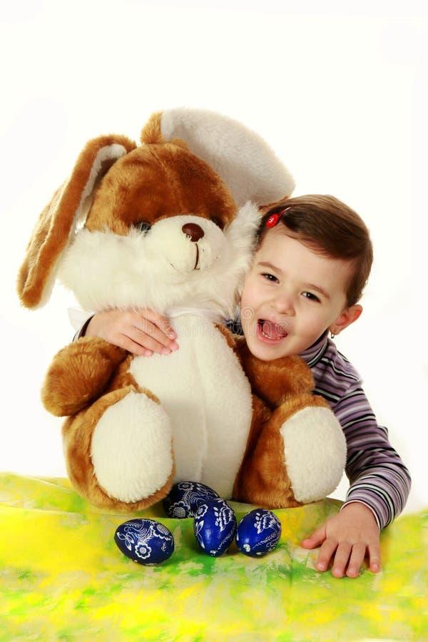 Menina e o coelhinho da Páscoa fotos de stock