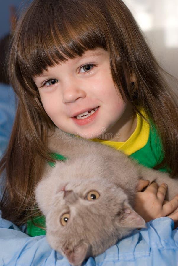 A menina e o gato imagem de stock