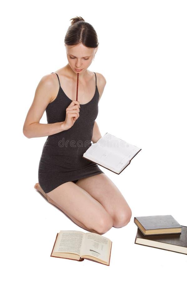 A menina e o livro fotos de stock