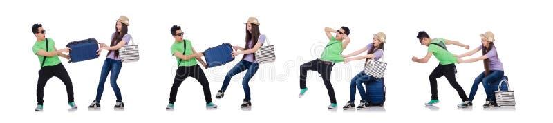 A menina e o menino com a mala de viagem isolada no branco imagem de stock