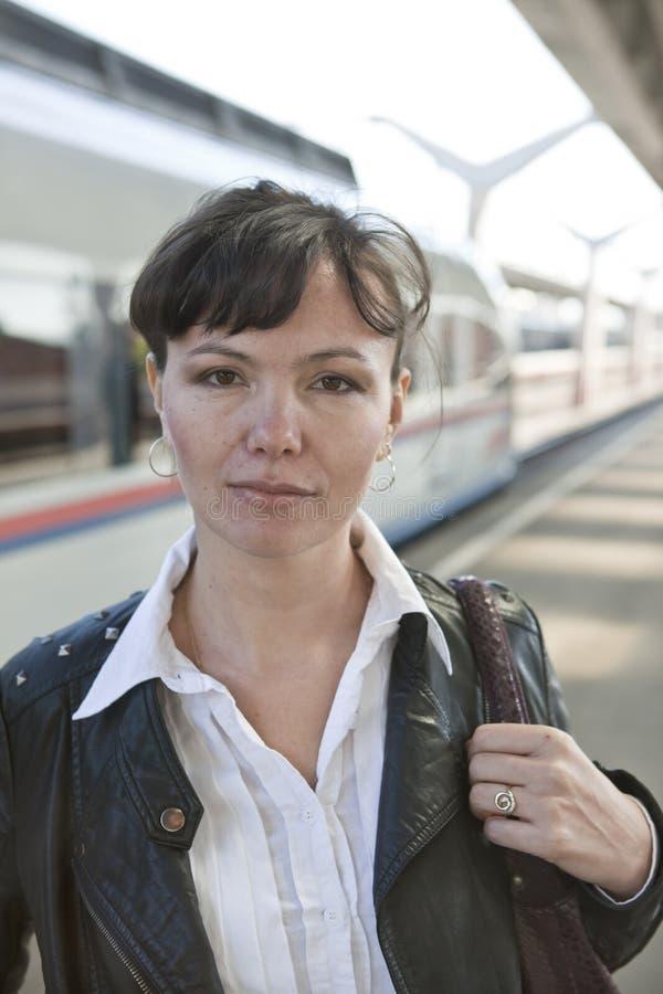 A menina e o trem europeus fotos de stock
