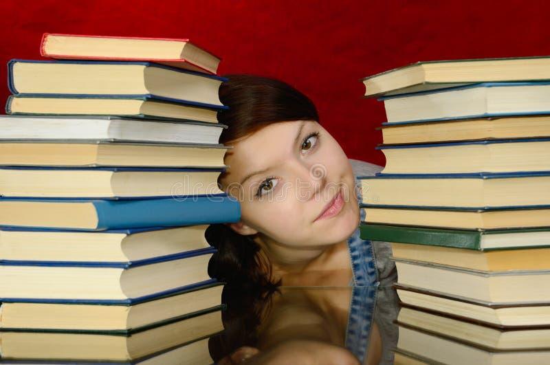 A menina e os livros. foto de stock royalty free