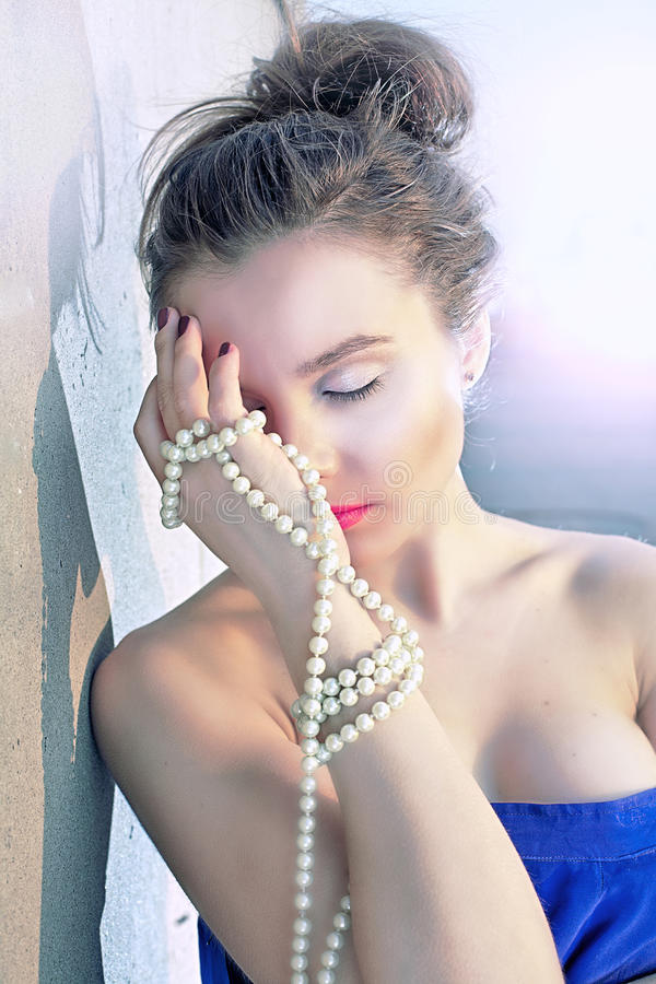 Menina e pérolas luxuosas imagem de stock