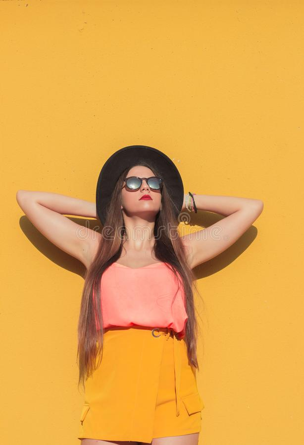 A menina e a parede amarela imagens de stock royalty free