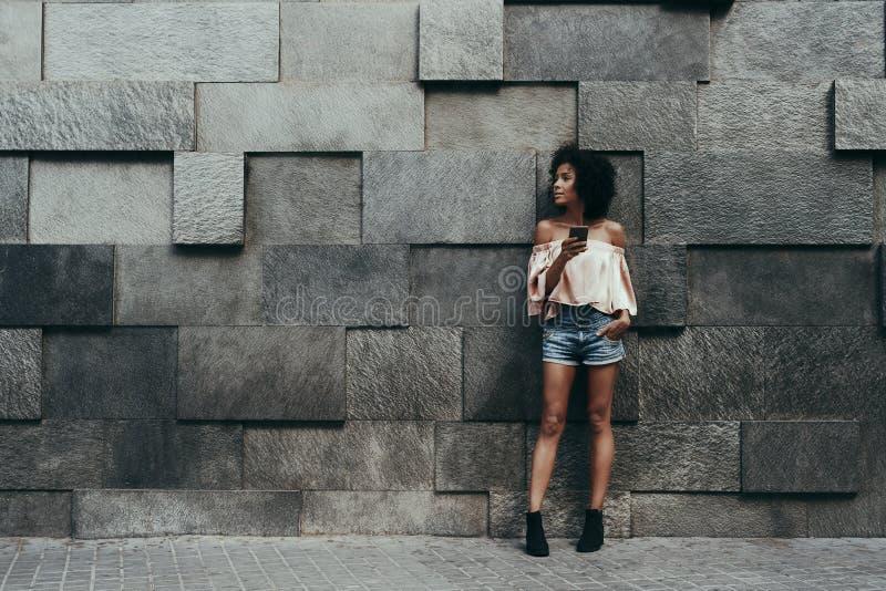 Menina e parede brasileiras do deslocamento imagens de stock royalty free
