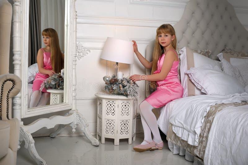 Menina e reflexão em um espelho fotografia de stock royalty free