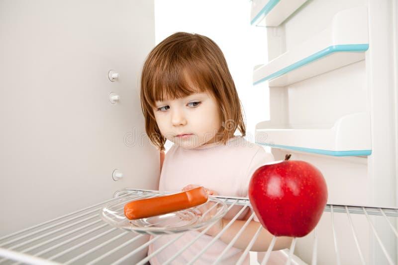 Menina e refrigerador vazio imagens de stock