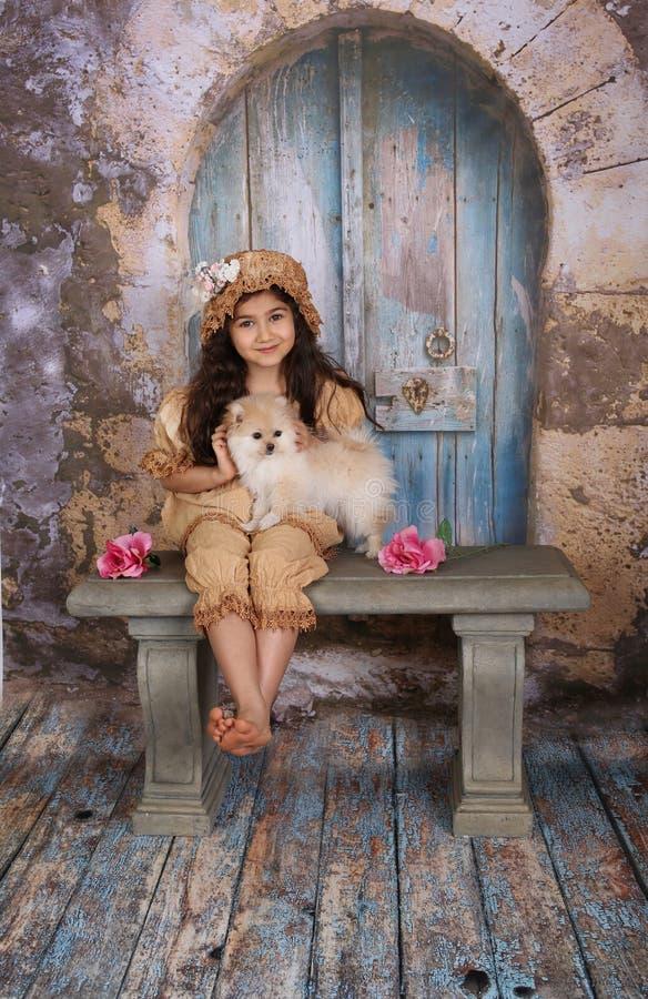 Menina e seu filhote de cachorro fotos de stock royalty free