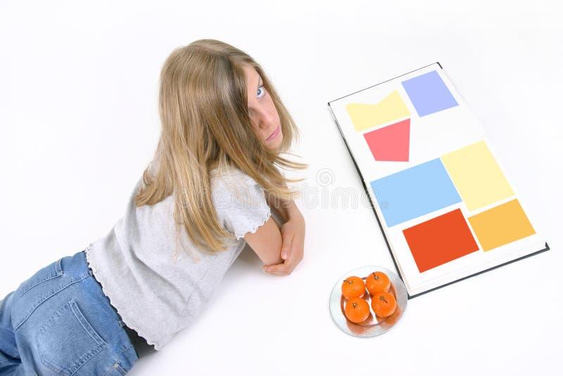 Menina e seu livro foto de stock