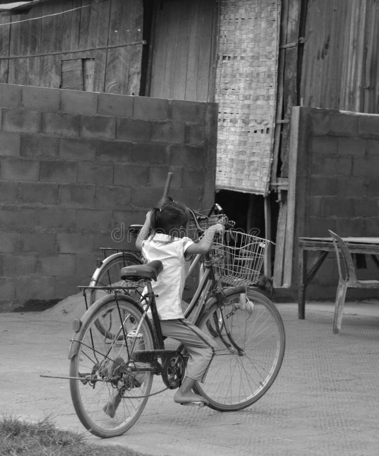 Menina e sua bicicleta foto de stock royalty free