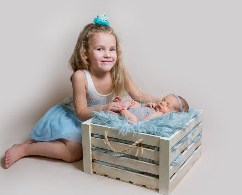 Menina e sua irmã recém-nascida imagens de stock