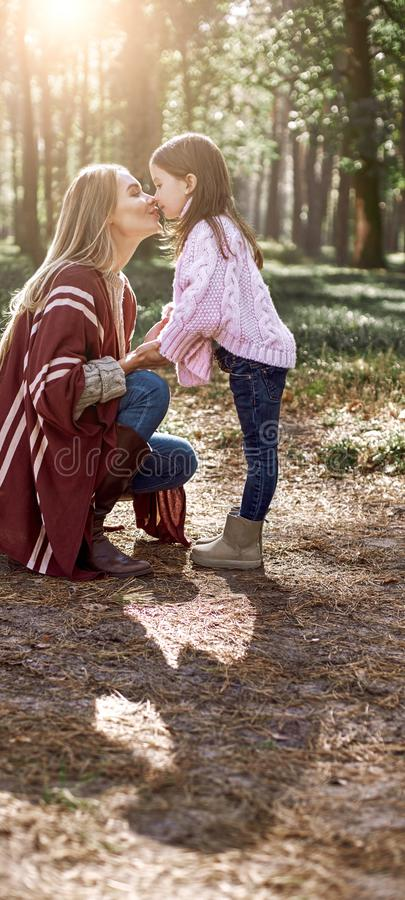 A menina e sua mãe no outono estacionam imagem de stock