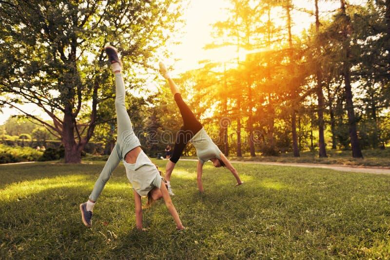 Menina e sua mãe que fazem um pino no parque fotografia de stock