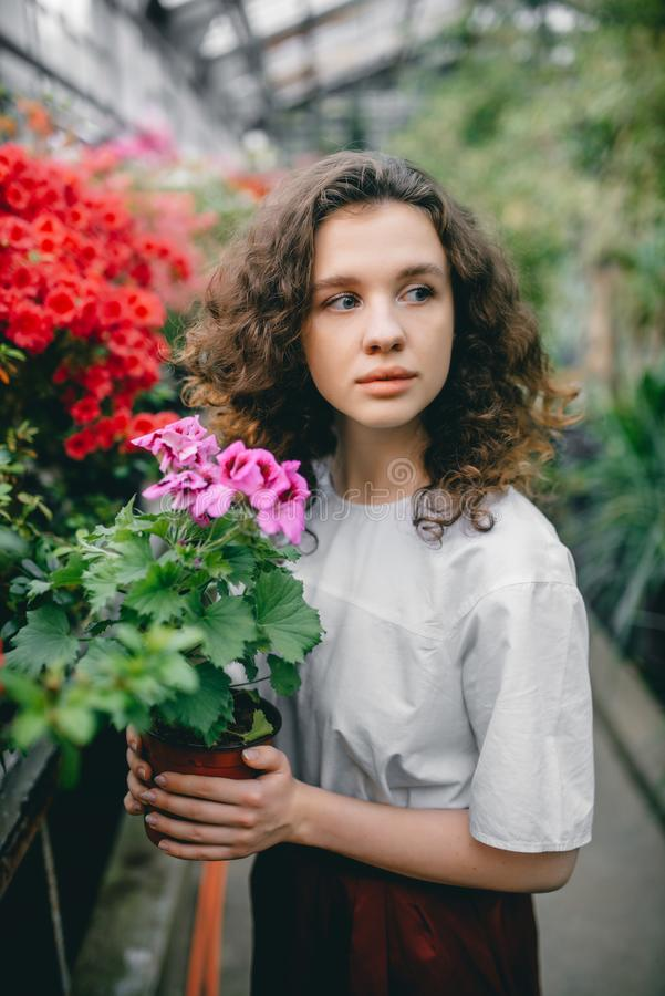 A menina e suas flores no cabelo imagem de stock
