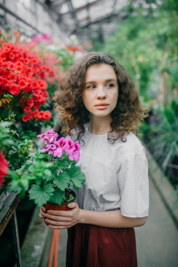 A menina e suas flores no cabelo imagens de stock