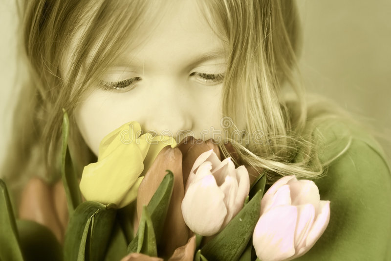 Menina e tulps imagem de stock royalty free