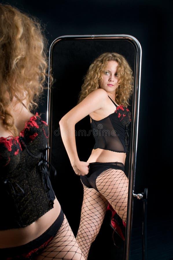 A menina e um espelho. fotografia de stock royalty free