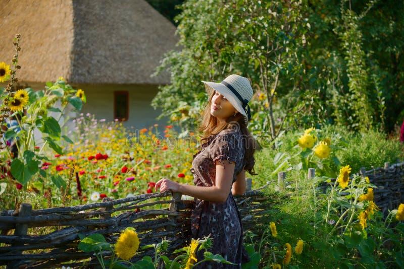 Menina e vila ucraniana étnica imagem de stock