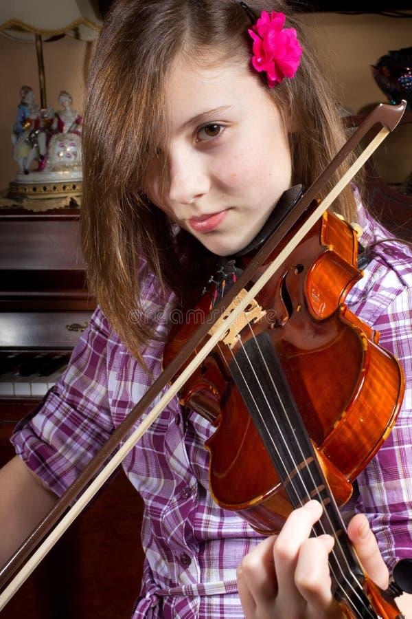 Menina e violino fotografia de stock royalty free